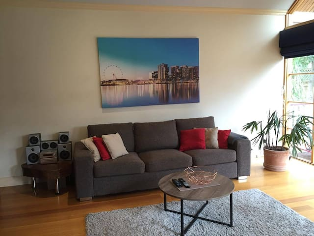 2 BR family home, close to shops and train station - Glen Iris - บ้าน