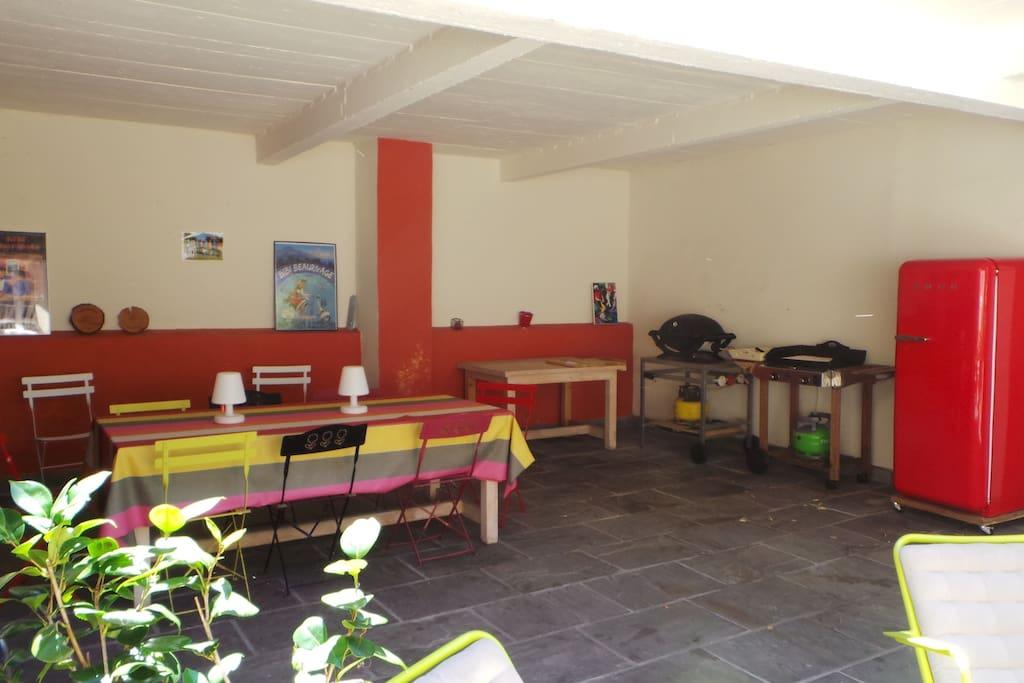barbecue  plancha frigo sur terrasse exterieure
