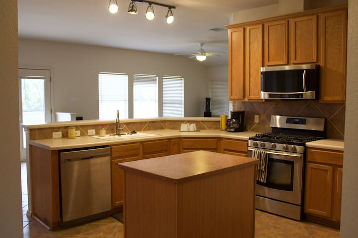 Family & pet friendly 4/2; 10 min. from downtown