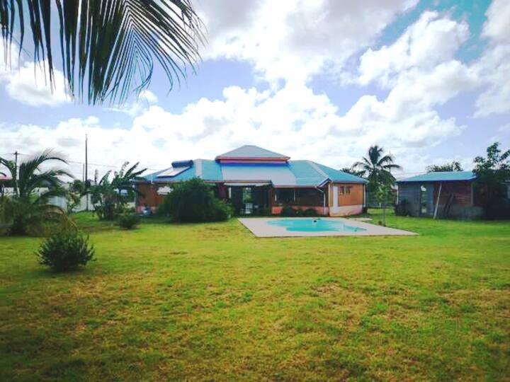 Villa avec piscine, située en nord grande terre