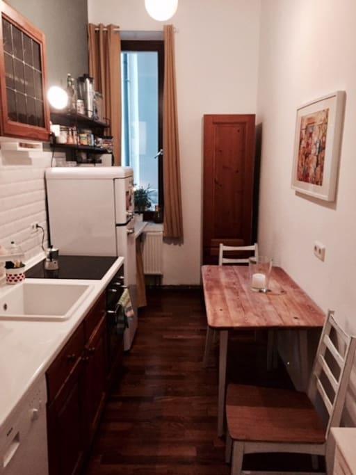 Küche mit Balkonausblick