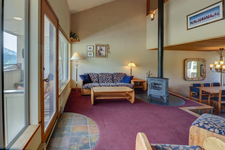 Slopeside condo w/shared hot tub & two balconies - 200 yards to lifts!
