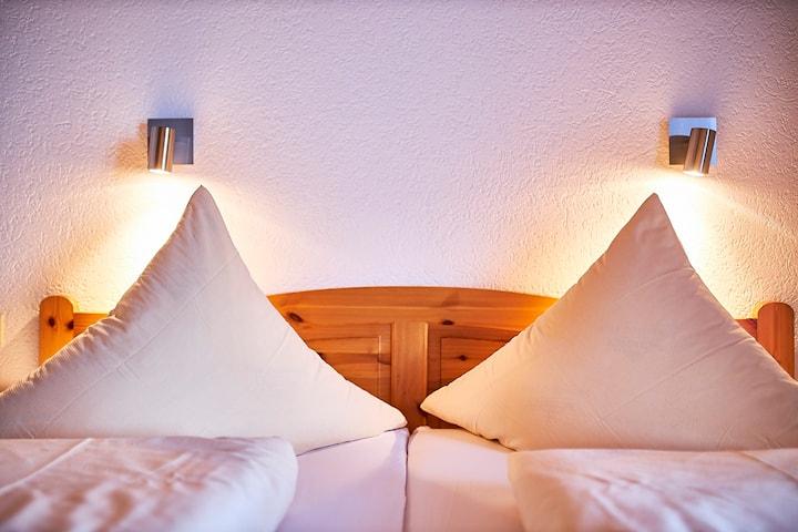 Gasthaus Schweizerhof, (Titisee-Neustadt), Doppelzimmer mit Dusche/WC und Balkon