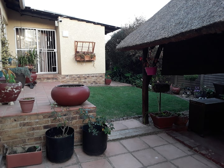 Tranquil spacious cottage w/1bed 5km from OR Tambo