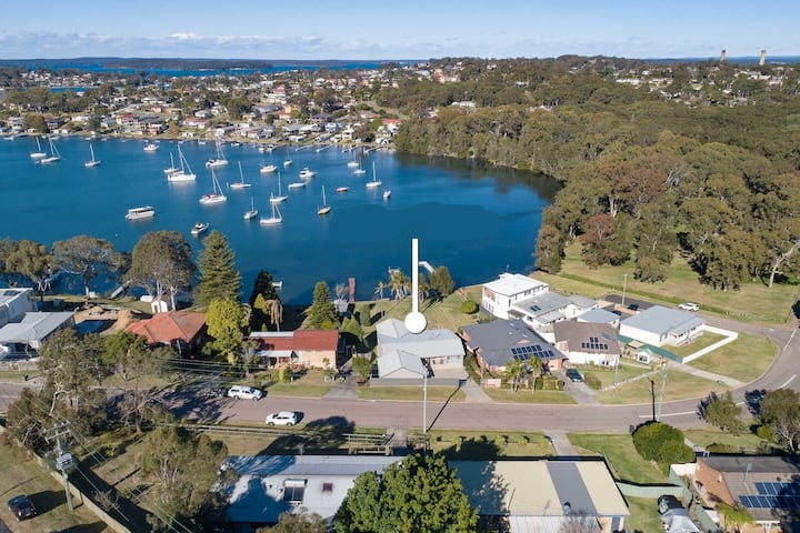 Lake House - Lake Macquarie Absolute Waterfront