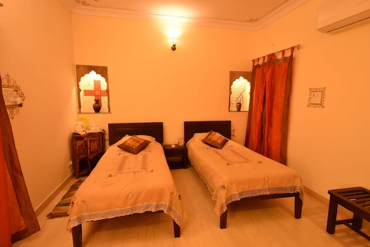 JASWANT NIWAS-Private room having twin beds in JDH