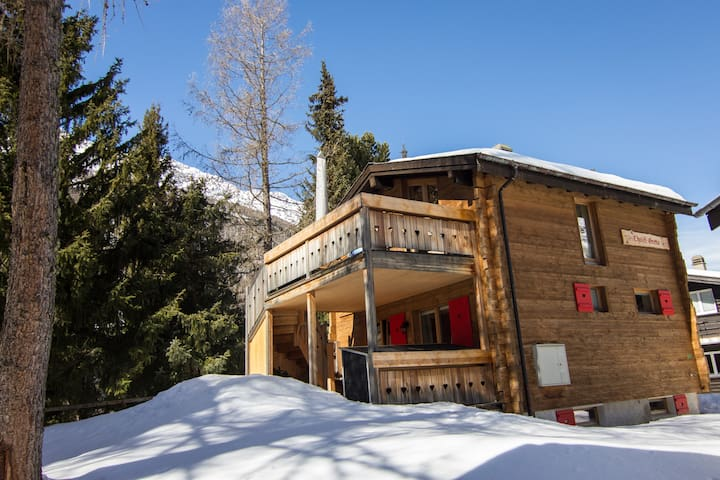 Cosy 6 person family chalet in sunny location
