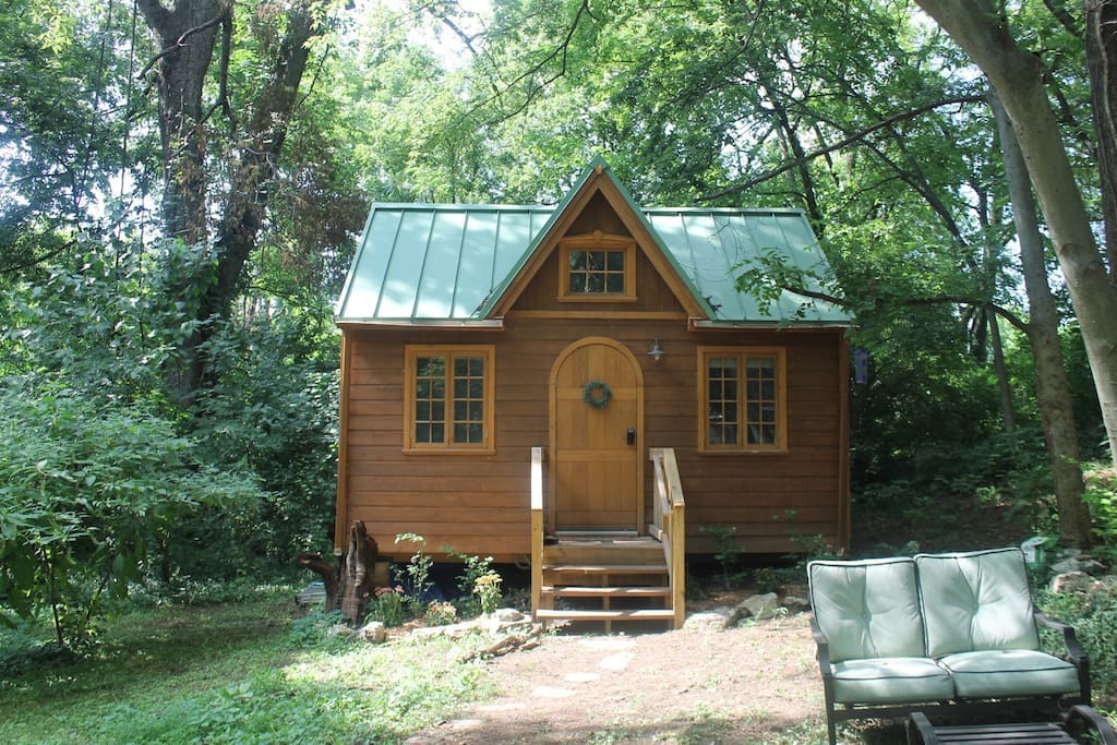 light filled tiny house luxurious in town tiny houses for rent in nashville tennessee. Black Bedroom Furniture Sets. Home Design Ideas