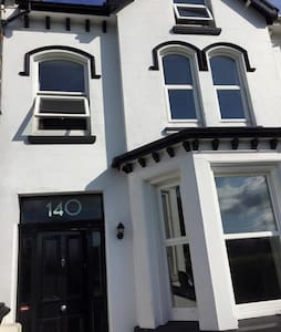 Double bedroom with excellent access to transport - Douglas - Hus