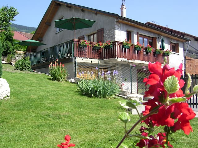 Grande maison de village avec jardin et terrasse - Péron - Casa