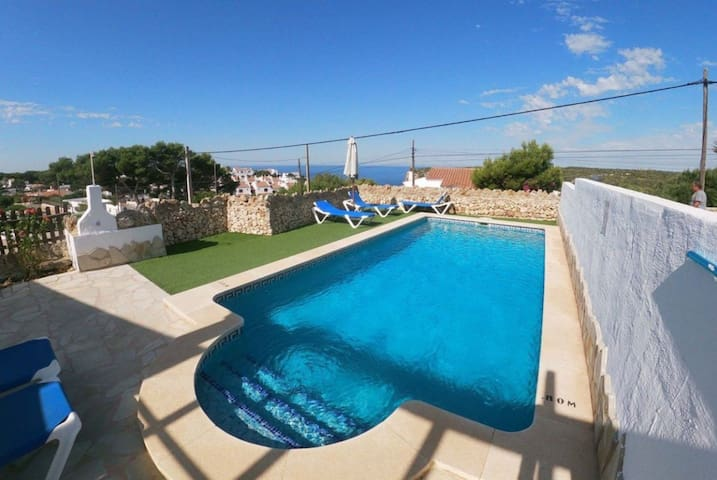"""Wunderschönes Ferienhaus """"Maru II"""" mit Meerblick, WLAN, Klimaanlage, Terrasse, Garten und Pool; Parkplatz vorhanden"""