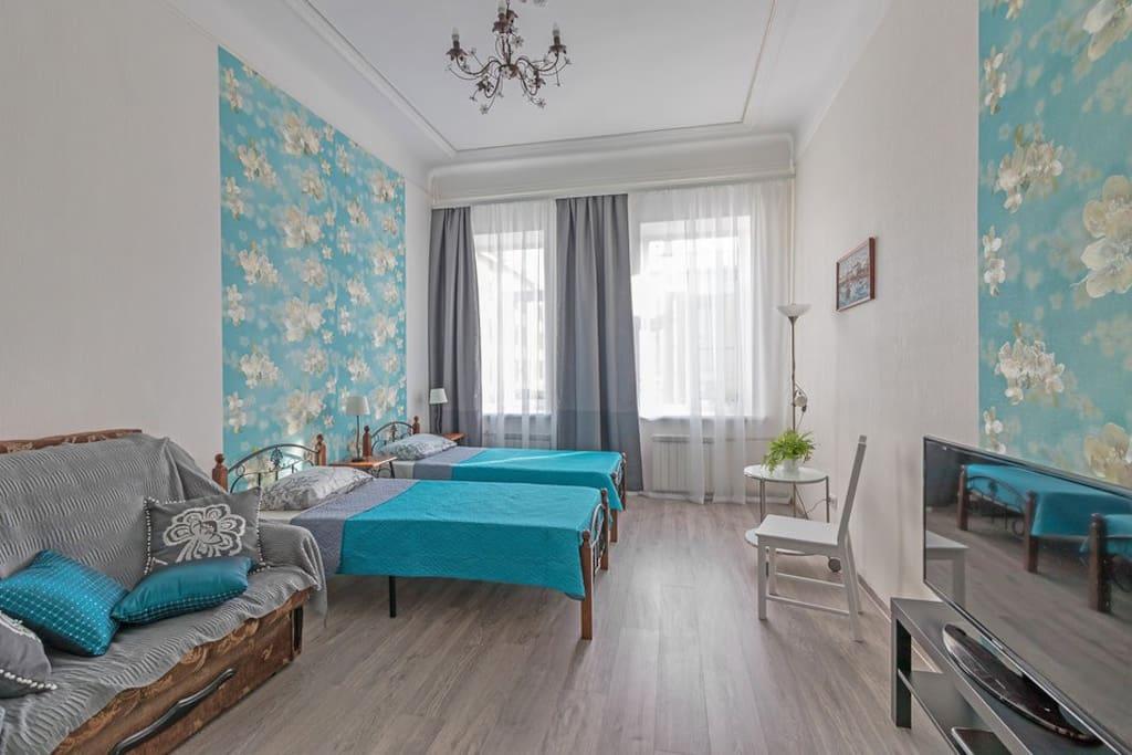 Комната 2 - Просторный двухместный номер с двумя односпальными или  одной большой крватью. вмещает 4 человека