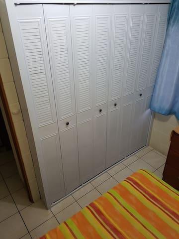 Armarios en dos habitaciones.