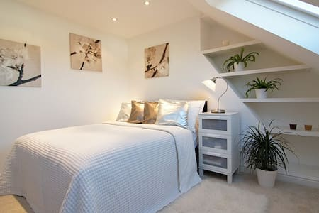 Newly Renovated Ensuite Room - Brentford