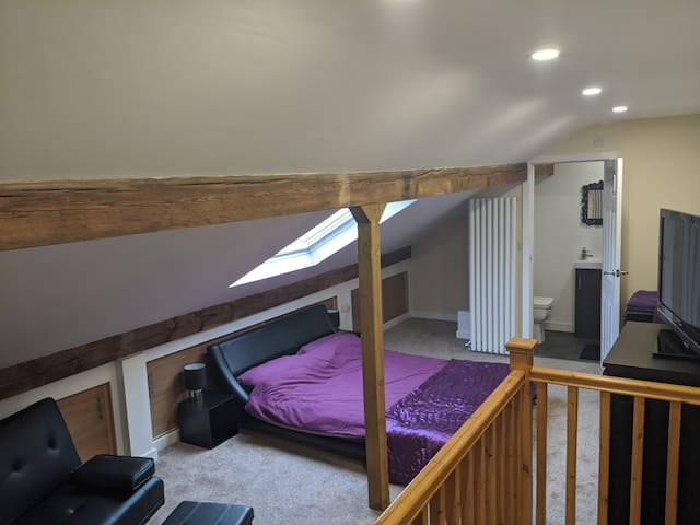 Spacious Attic with En Suite, 22 mins from Leeds.