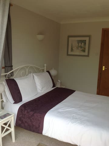 Private and comfortable en-suite double room - Chichester