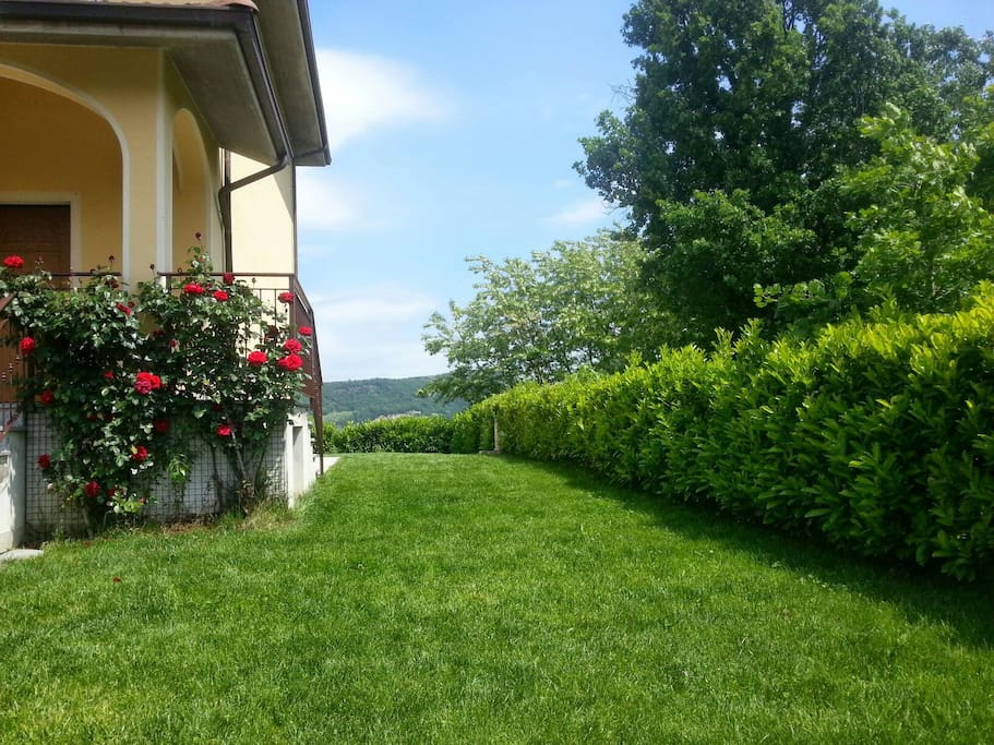 giardino circonda la casa