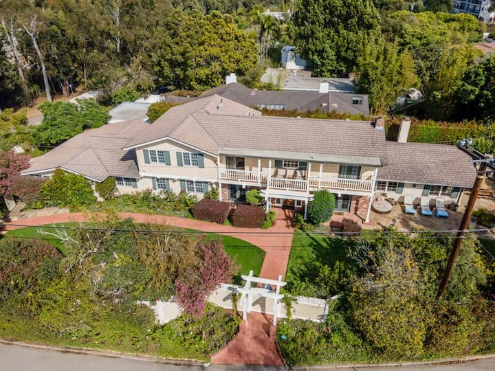 Spacious oasis near Butterfly Beach- w/ game room, hot tub, and more!