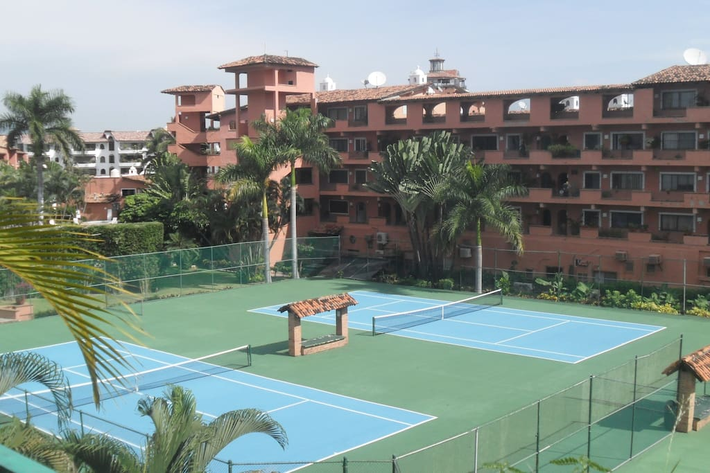 This is the tenis court in Puesta del Sol, where I am sharing