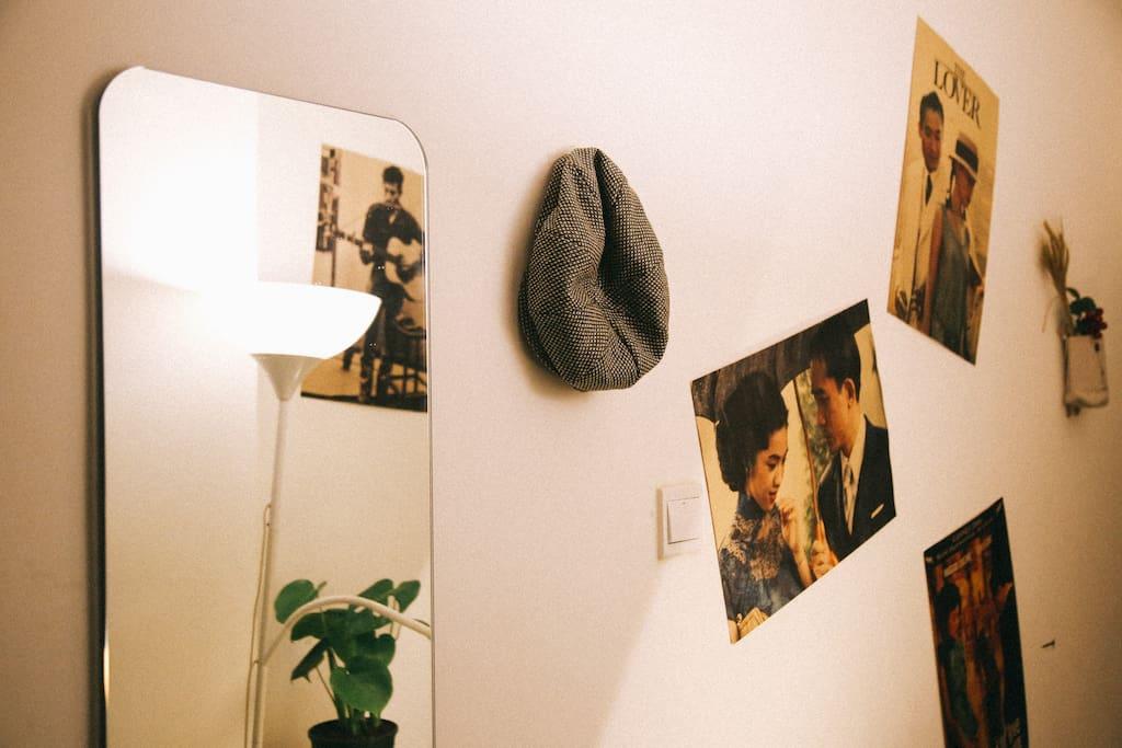 入户走廊设有穿衣镜,衣帽架、植物台等。