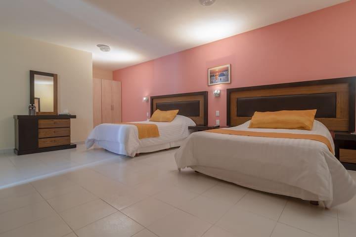 Habitación familiar con 2 camas matrimoniales.