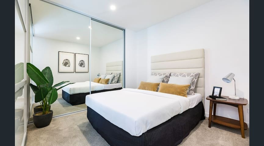 ⭐️⭐️⭐️⭐️⭐️ Lovely Queen Bedroom, WiFi, Parking.CITY ANU