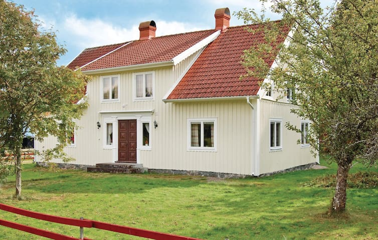 Former farm house with 3 bedrooms on 110m² in Älmeboda