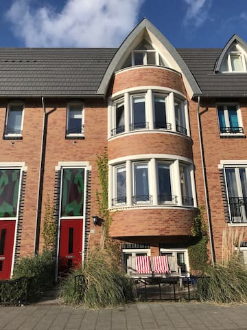 Family home, near Amsterdam, Rotterdam and beach - Voorschoten - Casa