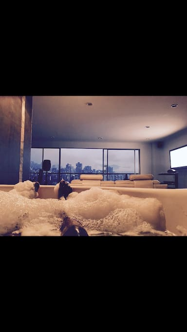 Private Jacuzzi with unobscured view of the city!