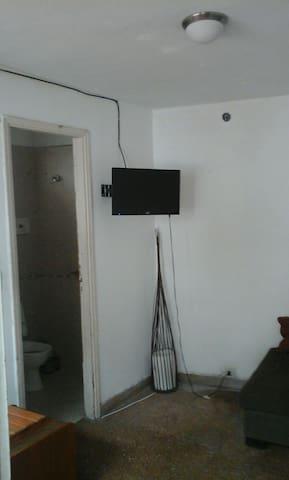 Habitacion con baño en v. Devoto. - ブエノスアイレス - 一軒家