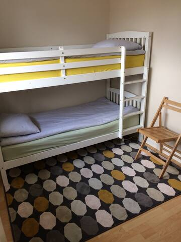 Stylish bunk bed room in arty house near Nowton