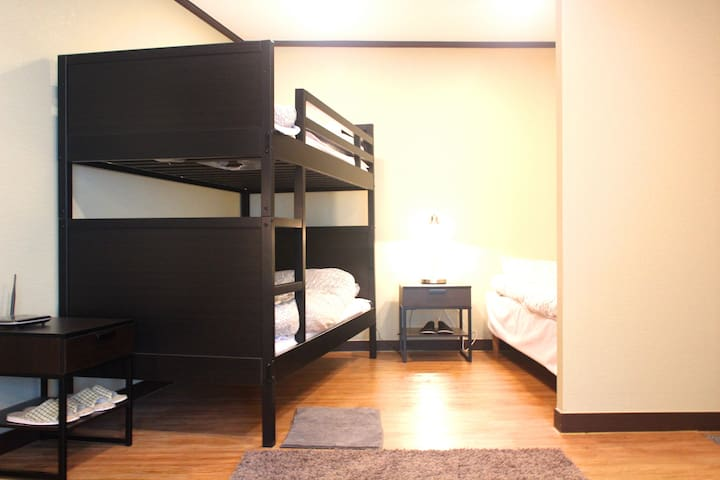 3persons room with 1single+1bunk bed in Apgujeoung