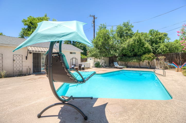 Private Downtown GuestHouse w Pool, Patio, Sleeps4