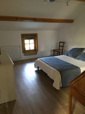 Une première chambre de 15 m2, grand lit double de 140X190 cm, orientée à l'ouest côté piscine.
