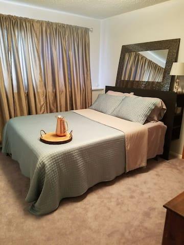Queen bed, sauna, kitchenette, upstairs bath