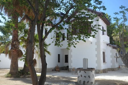 Independent room in historic villa, 10min old town - Malaga
