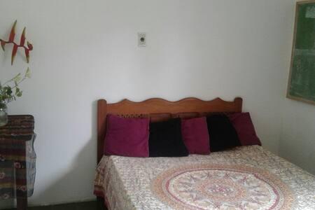 Quarto c/ cama de casal a 50m de Garça Torta - Maceió