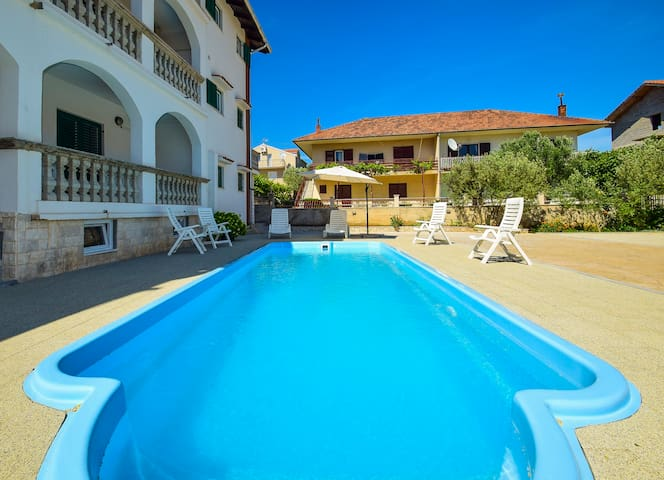 Nice private room-R2 Jonjic with swimming pool - Vodice - Huis