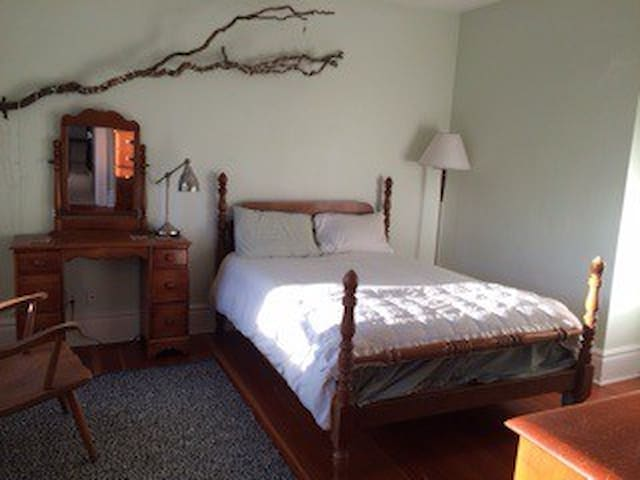 Close to Downtown, Quiet, & Easy