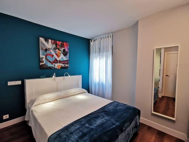 Dormitorio independiente con cama queen-size y posibilidad de solicitar cuna de 90x50 cm para niño de hasta 24 meses