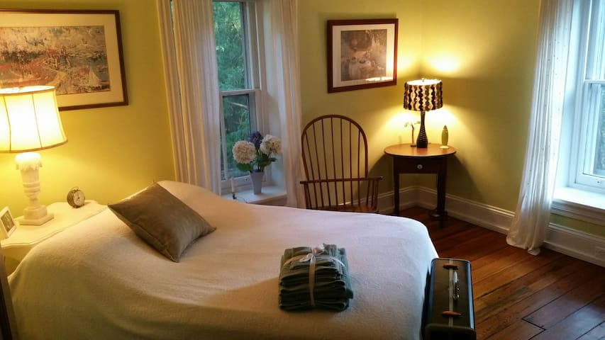"Bdrm in Historic ""Penn Cottage"" w/Schools &Museums"