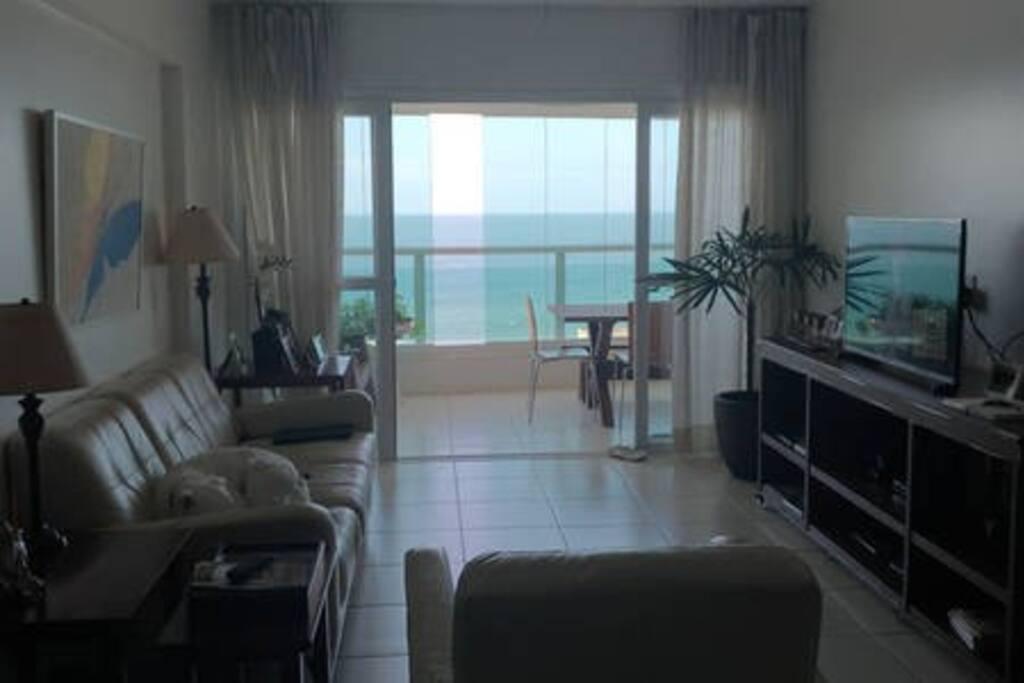 Sala com ar-condicionado split e espaço para dois colchões