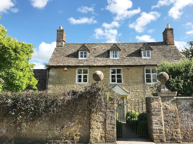 Stunning Cotswold home: 1 or 2 rooms sleeps upto 4