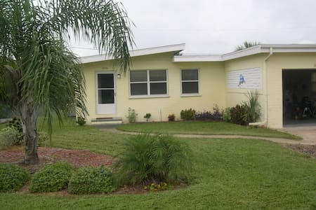 """Seatreat"" is comfy, clean, and close to Beach. - Port Orange - House"