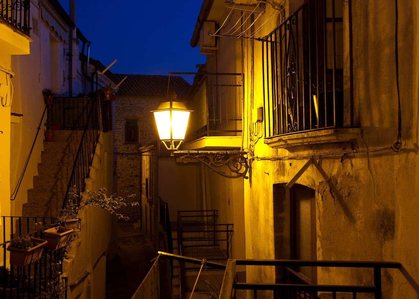 Sul balcone la sera, il silenzio e la luce gialla dei lampioni raccontano le  storie di un passato che c'è ancora e che abita qui.  (© StudioF64)