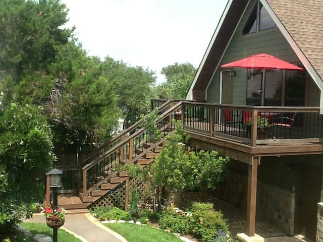 Guesthouse less than a mile from Gruene Hall! Sleeps up to 4! Private Hot Tub
