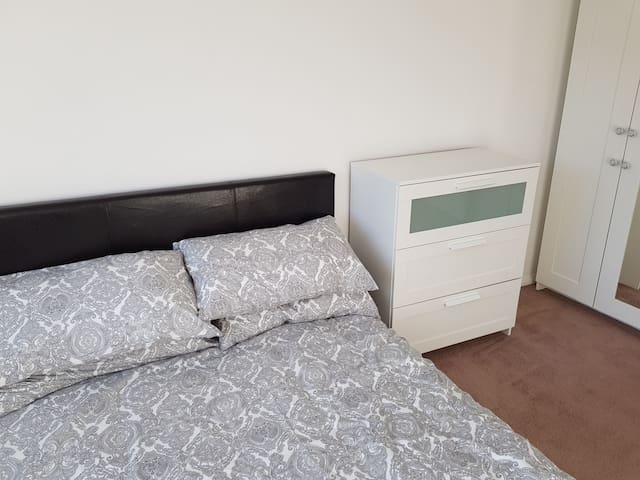 Double room to rent in beautiful Yateley.