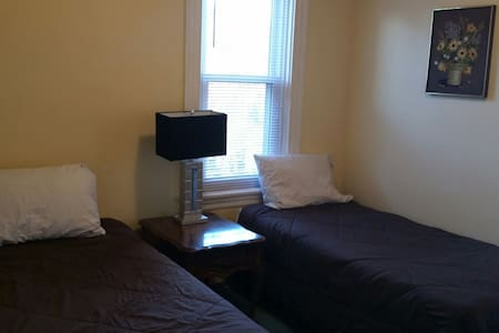 Nice Lancaster City Room with a Private Balcony - Lancaster - House