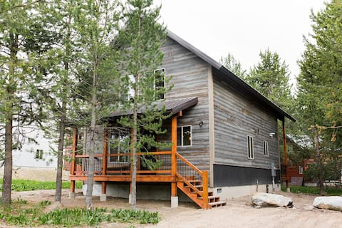 ★ BRAND NEW CABIN: 21 Minutes to W. Yellowstone! ★