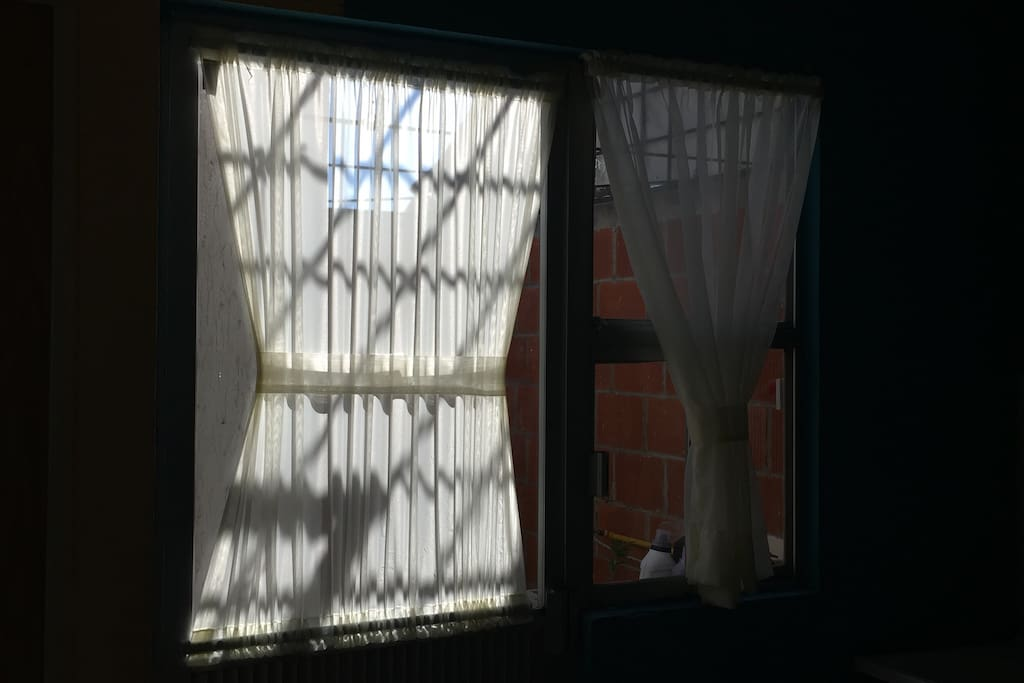 La casa cuenta con cortinas (sala, cocina, habitación)